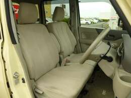 【運転席】運転席も広々とゆったりしております。広いと乗り降りもラクラクですし、運転時も疲れにくく、運転しやすいですよ。