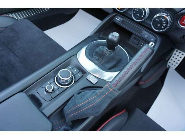 ★【コマンダーコントロール】ドライバーが手もとを見ず、安定した姿勢で直感的に操作できるように、最適な位置にレイアウト!!★
