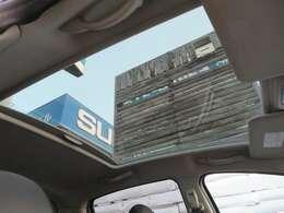 プジョーの代名詞ともいえる大型ガラスルーフ♪開放感があります♪電動シャッターで天張りが開閉しますので、車内が熱くなりすぎることもありません♪