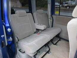 ヘッドクリアランスもしっかりと確保された、ゆとりある後部席です。リクライニングも可能でロングドライブ時もゆったりとお過ごしいただけると思います。