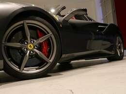 20インチのマットレーシンググレー塗装、ロッソコルサのキャリパーが良いアクセントになっております。