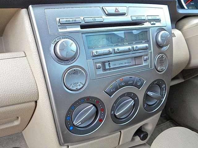 シルバー基調の純正オーディオ&エアコンパネルです。