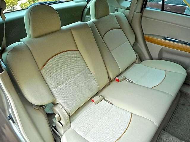 リヤシートはゆったりリクライニング調整も可能です。