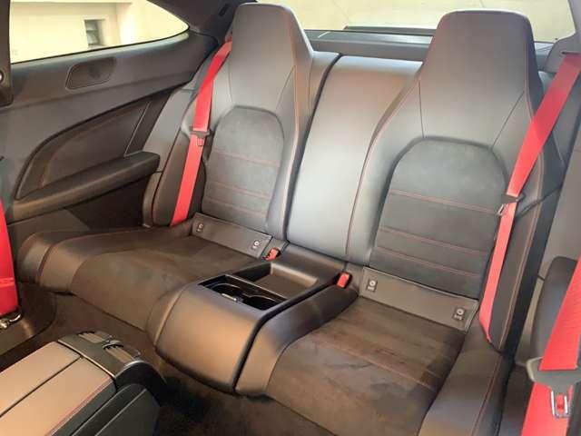 必須条件と言える人気4シーターPKG(40万円)装備◎リアシートは分割可倒式でトランク内のレバーで操作が可能!フロントにはシートヒーターが設けられクルーズコントロールも標準装備されるなど実用性が高い◎
