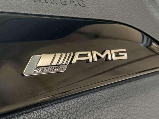 ピアノラッカー調のインテリアトリムには「AMG Black Series」ロゴが飾られオーナーを迎入れる!セミバケットタイプのレザー&アルカンターラコンビシートは前後とも低走行を実感できる綺麗な状態◎