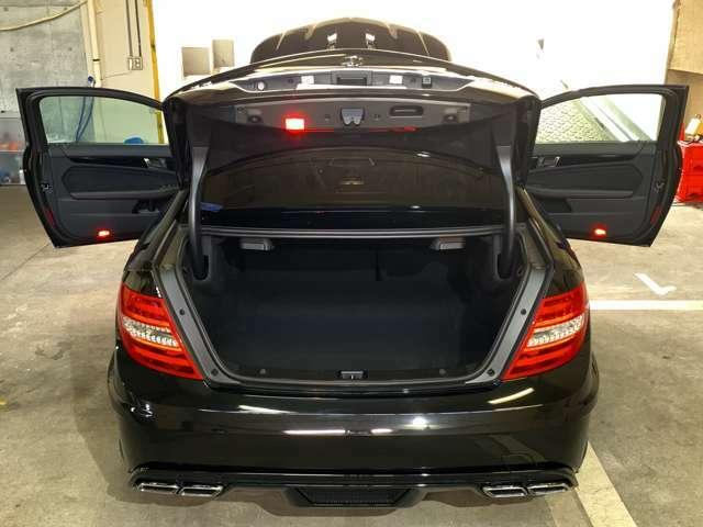 ツーリングカーレース仕様車と見紛うワイドフェンダー!標準C63クーペに比べてフロント片側28mm・リア片側42mmも膨らんでいる◎大排気量自然吸気エンジン搭載「ブラックシリーズ」は歴史的にも名車の誉!