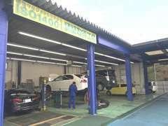 当店敷地内には、ISO14001認証取得の民間車検工場もございますので、アフターも安心。お客様駐車場も完備しております!