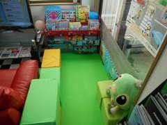 お子様連れのお客様でも安心キッズスペースも用意しております。毎日スタッフがアルコール除菌しております。