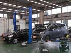 指定工場併設!リフト3台・検査ライン設備!整備中のお車をご覧になれますので、安心してお任せ下さい。