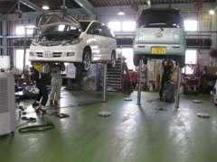 整備工場12名のメカニックがお客様のお車をサポートいたします