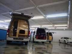 広々とした室内展示場!厳選されたお車を多数展示しております。