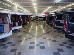 大型屋内展示場にて常時80台以上展示中!屋外にも各メーカー車展示中です!