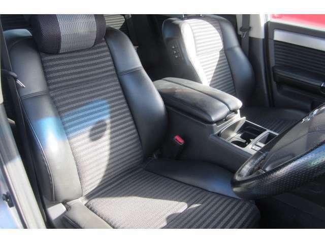 運転席のシートもハーフレザーシートとなっておりキレイで座り心地も◎です!