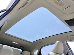 【 MOP パノラマルーフ 】ムーンルーフよりも開口面積が広く、より多くの光を取り込むことが可能です!より開放感溢れる空間でドライブを楽しみませんか?