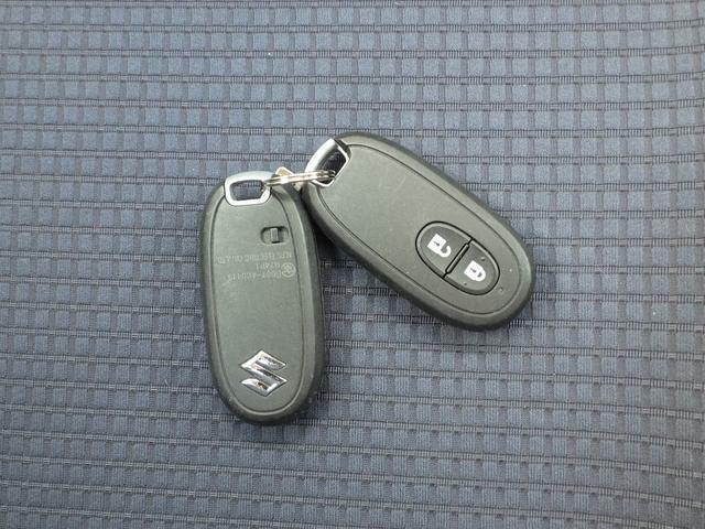 バッグの中やポケットの中でもスマートに鍵の開閉ができます。もちろん予備キー付です。整備記録簿と取扱説明書ももちろん装備してます。