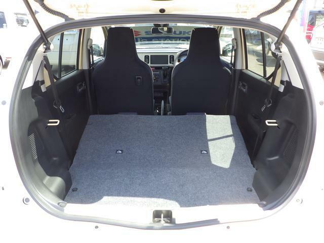 後部座席を倒すとかなり広くなります。大きな荷物もらくらく乗せることができます。