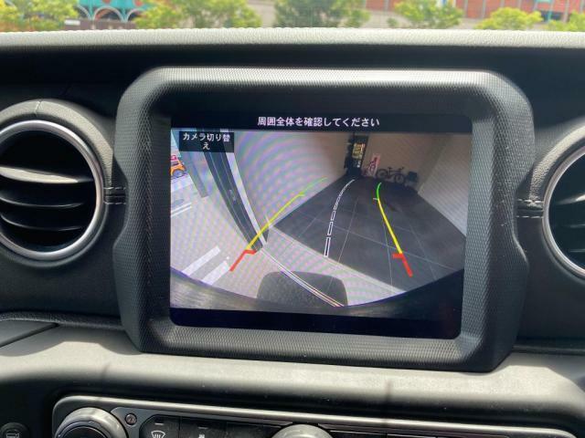自車のすぐ後方をモニターに広角映像表示して、サポートしてくれるリアバックアップカメラ