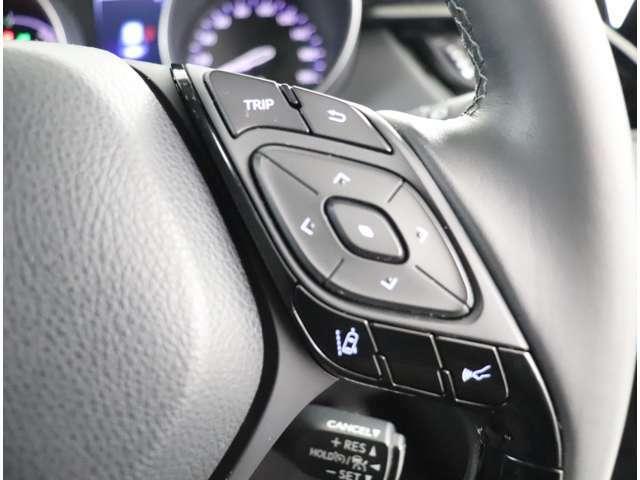 運転中視界を外すことなくステアリングのスイッチでオーディオ操作が可能です!