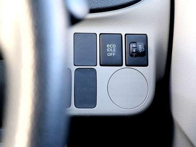 アイドリングストップ搭載車ですので、信号待ちなどの車を停止させたときに自動的にエンジンを切り発進時にエンジンを再始動させるシステムとなっております♪止まっている時はエンジンも停止させるので燃費が向上!