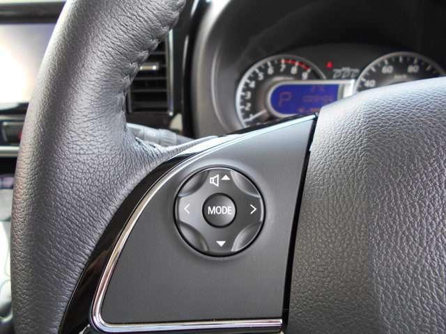 ハンドルに付いたオーディオコントロールスイッチ 走行中でもハンドルから手を離すことなく音量調整やメディアの切り替えが出来ます。