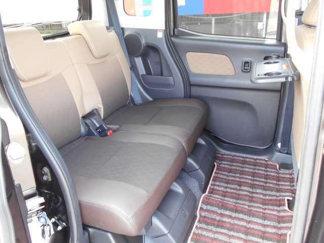軽自動車でも後席の足元はこの広さ!飲み物を置いたりお菓子を置いたり便利なシートバックテーブル♪日ざしが眩しいときなどにスッと引き出せるドアライニング内蔵式ロールサンシェード