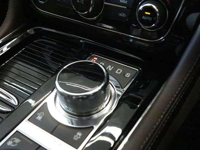 ジャガー伝統のダイヤル式シフトセレクター。エンジン始動と共にあがってくる演出は英国ならではです。シフト操作も慣れてしまえば簡単に行うことが可能です。