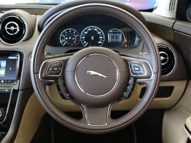 ステアリングホイールヒーター「運転中の手を温め、快適なドライブをアシストしてくれます。背面がウッド、表面がソフトグレインレザーの高級感あるステアリング。」