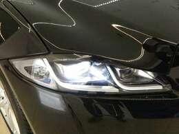 LEDシグネチャー付きヘッドライト(アダプティブライティング付)(73000円)「フロントフェイスを際立たせるLEDヘッドライト。耐久性にも優れ、なおかつ明るく照らすのが特徴です。」