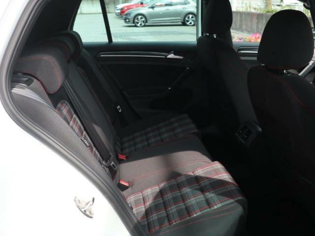 VW独自のプラットフォーム(MQB)の採用により、後部座席は大人が座っても広々としています