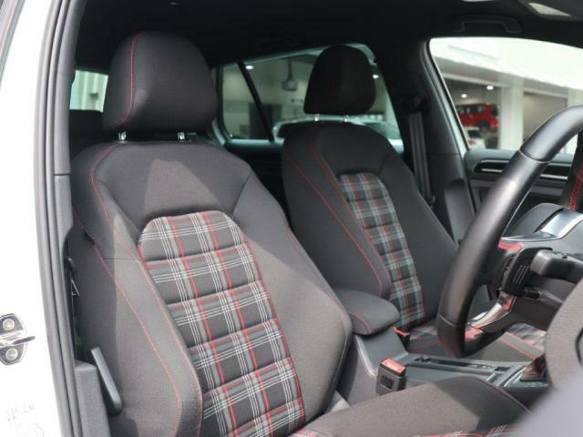 GTI伝統のレッドタータンチェック柄シートは内装が明るく感じられ、オシャレです