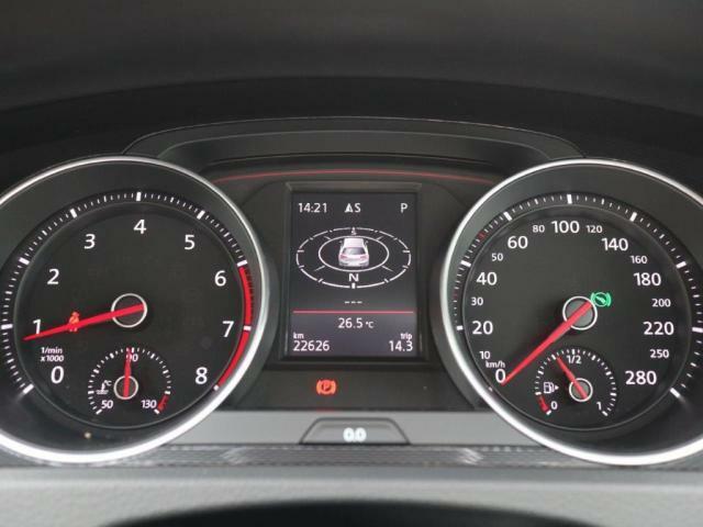 中央ディスプレイには走行データなどを表示することができるメーター