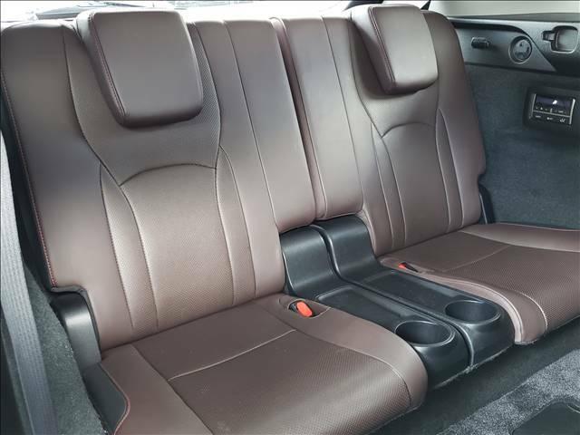 ロングならではのサードシート。大人の方でも快適にお乗りいただけます。