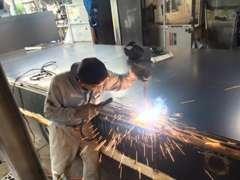 トラックの架装・車検・修理・塗装など致します。 床鉄板、アオリ穴、コボレーン等のご要望の架装をお申し出ください。