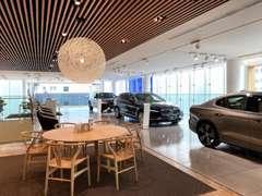 2階には新車と認定中古車を展示しております。北欧家具でアレンジし、洗練された空間をご提供いたします。