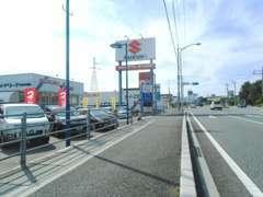 山口県宇部市西部、宇部湾岸道路・東須恵インター付近にございます。国道190号線沿い、大きな『SUZUKI』の看板が目印です。