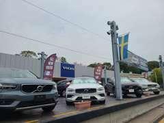 屋内の新車展示と商談スペースもご用意しております。