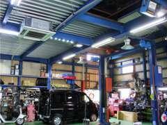 冷暖房完備の認証指定工場。幅広い知識を持った整備士が安心・安全の車のメンテナンスをご提供させていただきます。