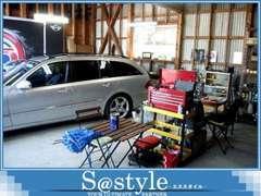 雨の日も安心!シャッター付きのガレージもございますので、オイル交換、タイヤ交換、各種パーツ取付等お気軽にご来店下さい!