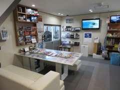 商談ルームには、海外雑誌・カスタムパーツ等があります。また、各社輸入車・国産車カタログコーナーも御座います。
