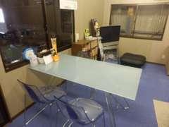 当店の商談スペースになります♪オシャレなガラステーブルとちょっと変わったイスで...おもてなし(`・ω・´)