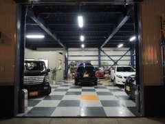 日が暮れてもガレージ内は明るいので、夕方からのご来店でもお車をしっかりご覧いただけます。