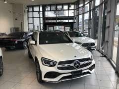 ショールームには新車の展示も行っております。