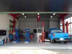 整備スペース。充実した設備にてお客様の愛車を自社にてメンテナンスさせて頂きます。納車後のアフターフォローも安心です。