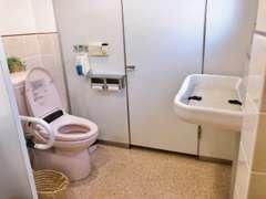 バリアフリー対応のお手洗いとなっております。中にはベビーシートもあり広々とした空間です