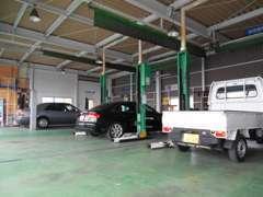 整備工場を併設しており、リフトは3機設置しています。納車前整備や納車後の車検・点検もお任せください!