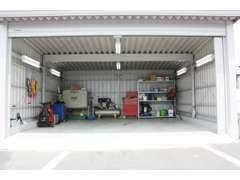 夜間、雨天時にも作業が可能なシャッター付きピットです。納車待ちのお車の保管場所としても使用しています。