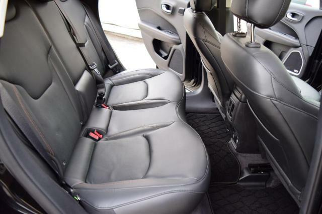 コンパクトカーには珍しく座面を長くとったリアシートおかげで、ロングドライブでも快適です。