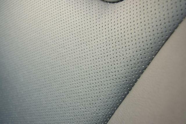空気口付きのフルレザーシート。伸び擦れなどはほとんど見られません。