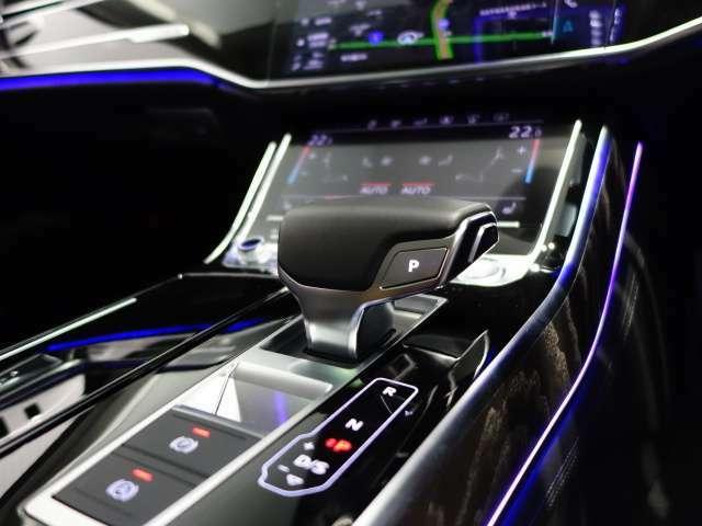 デザイン性の高いシフトレバー。0.2秒でシフトチェンジを行うツインクラッチのSトロニックです。駆動力のロスが非常に少なく、燃費向上でも活躍。MTモードでよりスポーティーなドライビングをお楽しみ頂けます