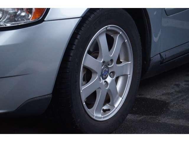 タイヤは8分山。ヒビ割れもなくいい状態です。そのまま使用できますね。純正アルミホイール装着していますよ。